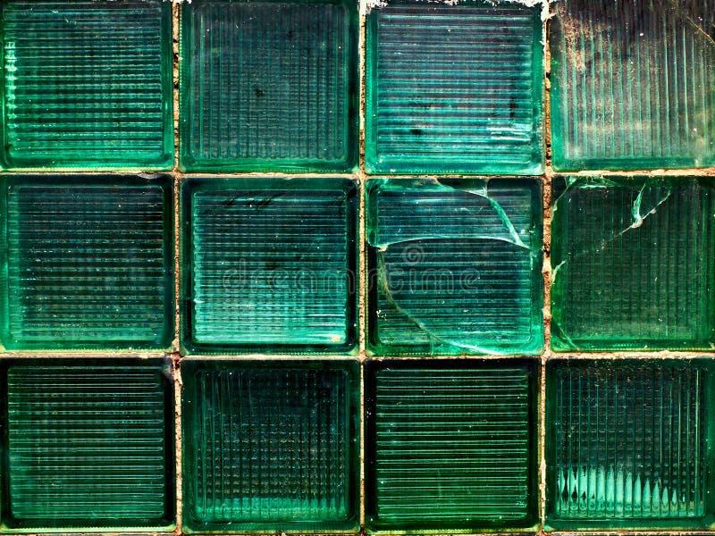 A parede verde feita do vidro verde quadrado remenda o fundo, textura, teste padrão fotos de stock royalty free