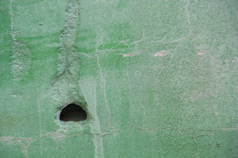 Parede verde velha com pintura golpeada fotografia de stock royalty free
