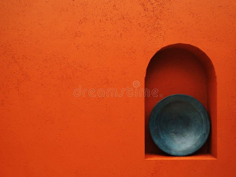 Parede vermelha com placa azul fotos de stock royalty free