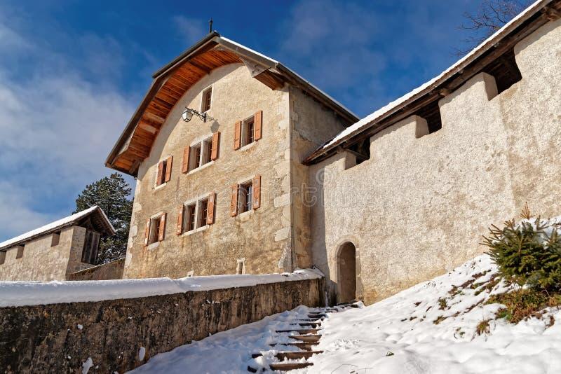 Paredes alrededor de un castillo medieval famoso de Gruyeres fotografía de archivo