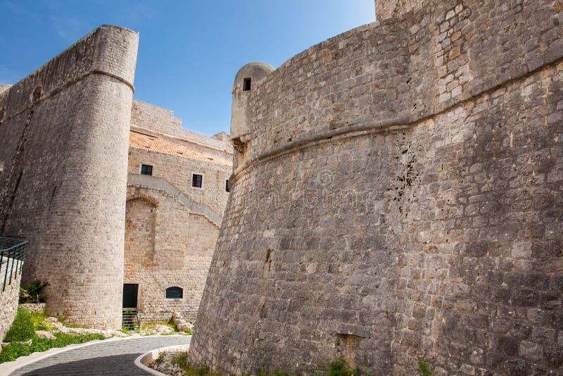 Paredes construidas medievales hermosas de la ciudad de Dubrovnik fotografía de archivo