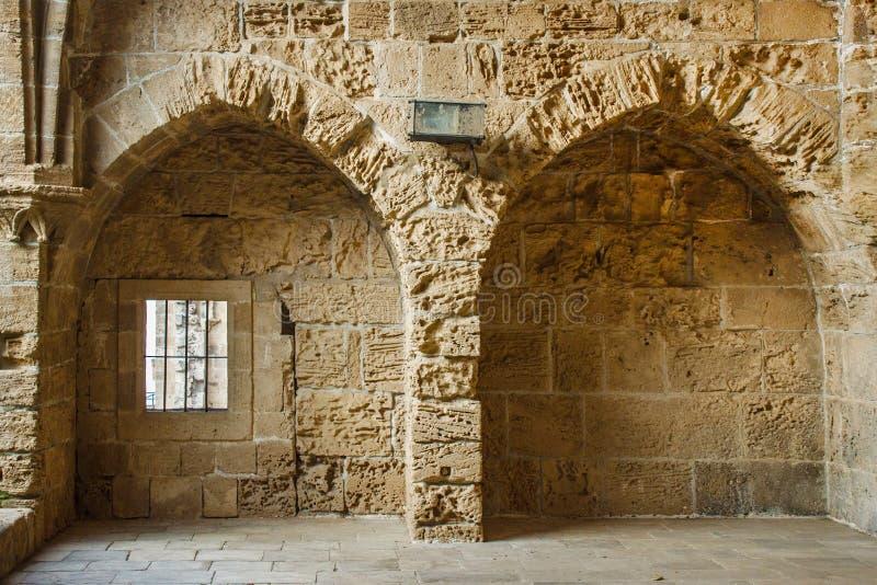 Paredes da abadia de Bellapais no Chipre do norte foto de stock