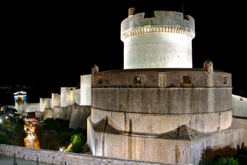 Paredes da cidade antiga de Dubrovnik na noite fotografia de stock