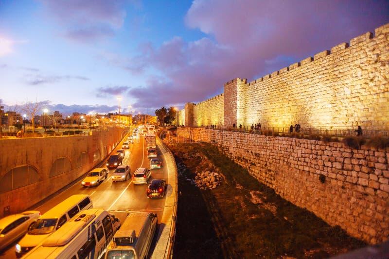 Paredes da cidade antiga na noite, Jerusalém fotografia de stock