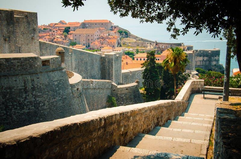 Paredes da cidade de Dubrovnik e opinião velha da cidade, Dalmácia, Croácia fotografia de stock