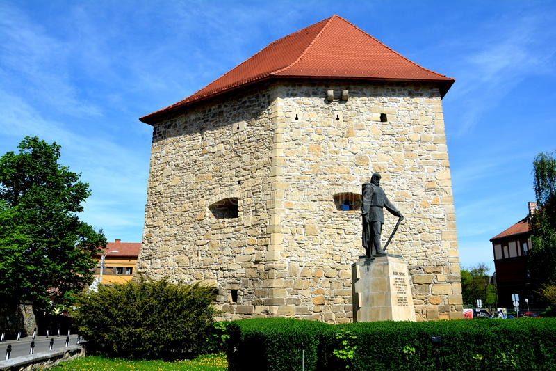 Paredes da cidade e da estátua medievais em Cluj-Napoca, a Transilvânia fotografia de stock