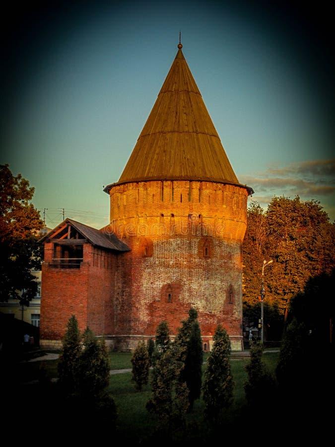 Paredes da cidade e torres da fortaleza antiga foto de stock