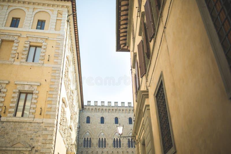 Paredes de edificios medievales en ciudad fotos de archivo libres de regalías