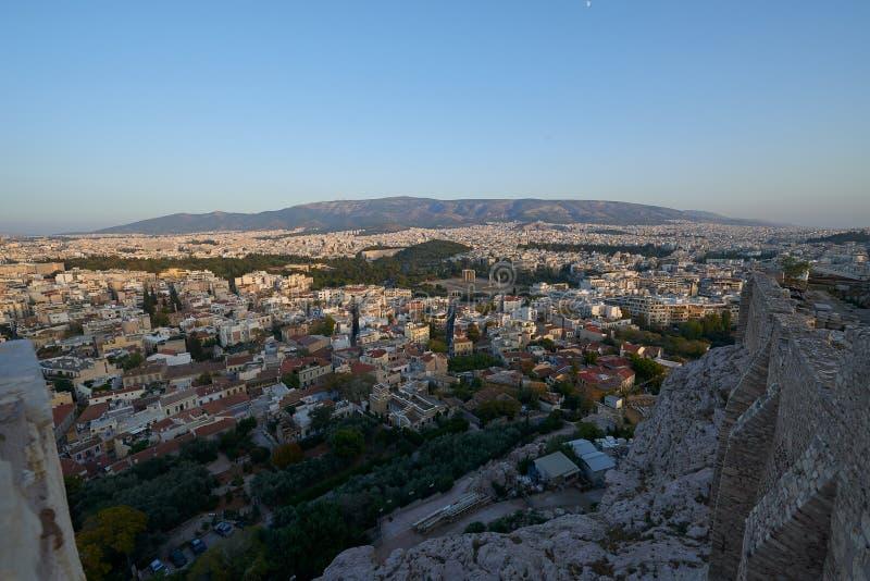 Paredes de la acrópolis y en el fondo la ciudad de Atenas imagen de archivo libre de regalías