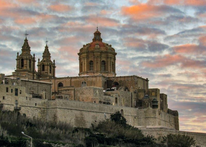 Paredes de la catedral y de la ciudad de San Pablo de la ciudad fortificada Mdina Rabat en la isla mediterránea de Malta con el c fotografía de archivo