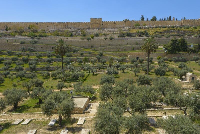 Paredes de la ciudad de Jerusalén sobre el Kidron Valley fotografía de archivo
