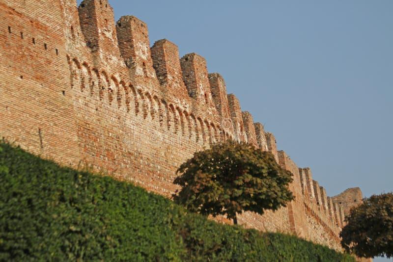 Paredes de la ciudad medieval hecha con los ladrillos imagen de archivo