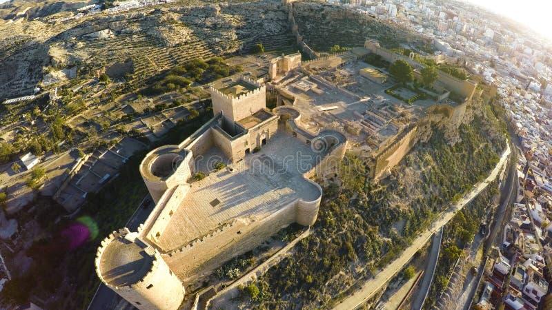 Paredes de la defensa de la fortaleza antigua Alcazaba de Almería, España - tiro aéreo incluyendo la vista panorámica de la ciuda fotos de archivo