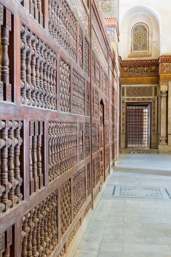 Paredes de mármol adornadas que rodean el cenotafio en el mausoleo de Sultan Qalawun, El Cairo viejo, Egipto imágenes de archivo libres de regalías