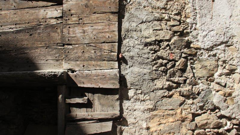 Paredes de madeira e de pedra velhas fotografia de stock royalty free