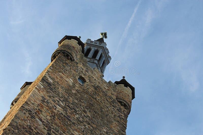 Paredes de pedra antigas da torre da câmara municipal no estilo gótico, Aix-la-Chapelle de Aix-la-Chapelle, Alemanha imagens de stock