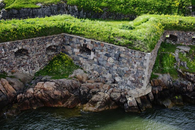 Paredes de pedra da fortaleza de Suomenlinna na costa do S Báltico foto de stock royalty free