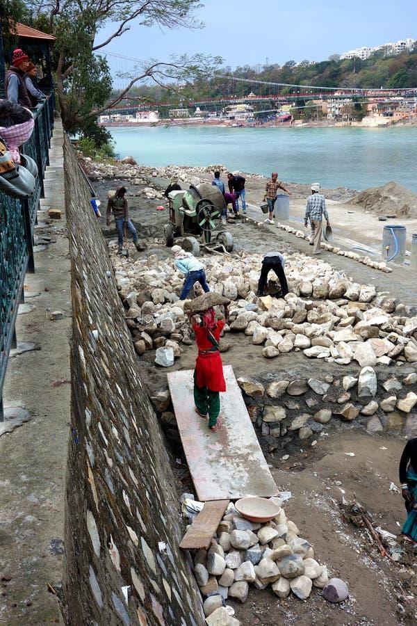 Paredes de pedra indianas de construção dos trabalhadores manuais foto de stock