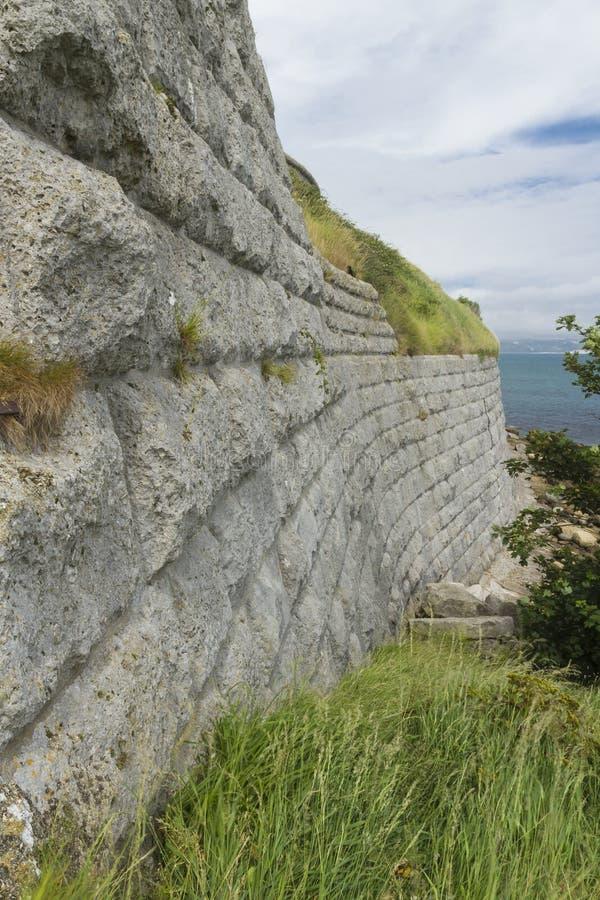 Paredes de pedra velhas com o mar no fundo O forte de Nothe imagens de stock royalty free
