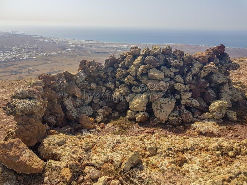Paredes de pedra vulc?nicas Constru?do para proteger do forte vento na ilha de Lanzarote, Ilhas Can?rias spain foto de stock royalty free