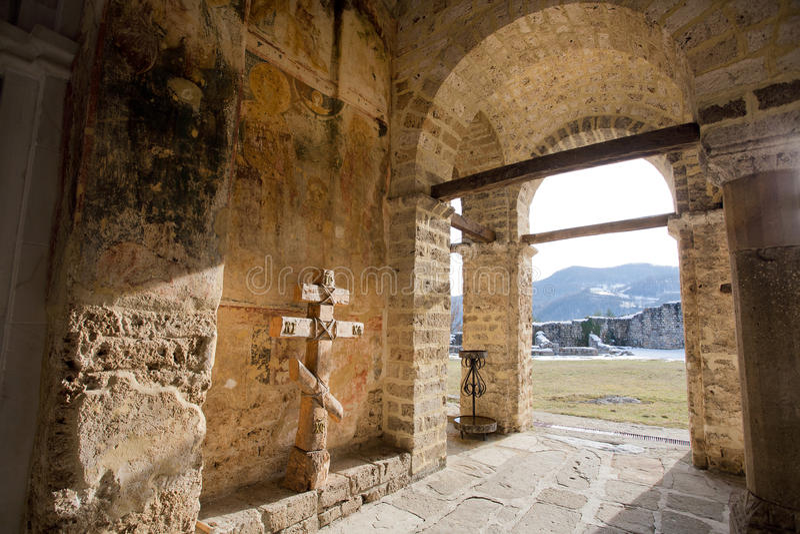 Paredes de piedra del monasterio del siglo XIII imagenes de archivo