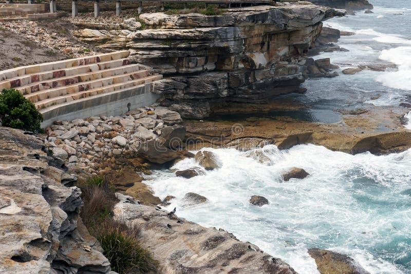 Paredes de retenção modernas da pedra, penhascos de Bronte, Sydney, Austrália foto de stock