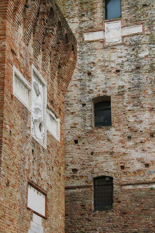 Paredes de Sigismondo Castle medieval (Castello Sidzhizmondo) en R fotografía de archivo