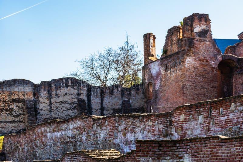 Paredes de tijolo na corte real de Targoviste, Romênia imagens de stock