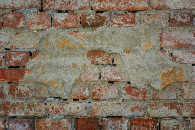 Paredes de tijolo, parede velha com emplastro de desintegração, textura, fundo imagem de stock royalty free