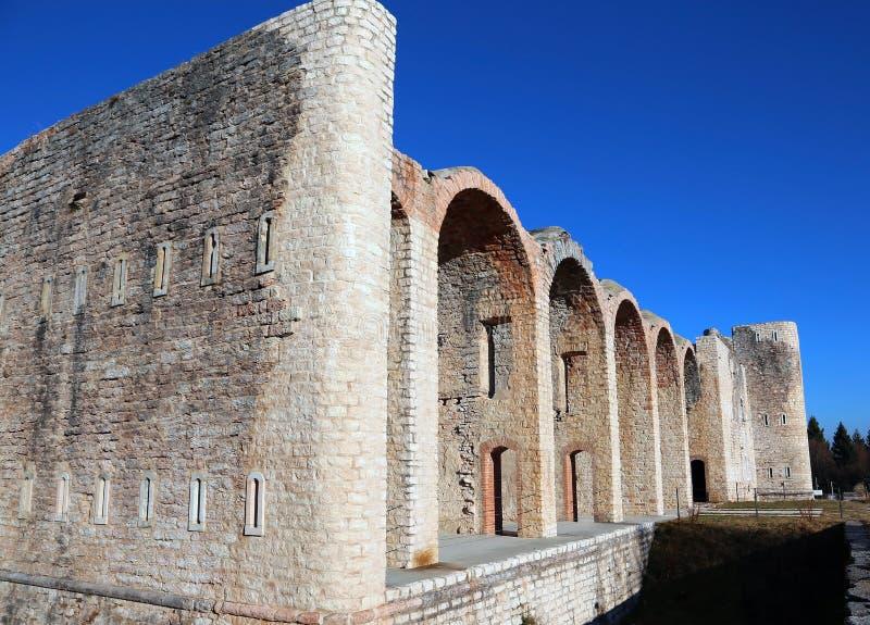 Paredes de um forte antigo da Primeira Guerra Mundial perto de Asiago em Itália fotos de stock royalty free