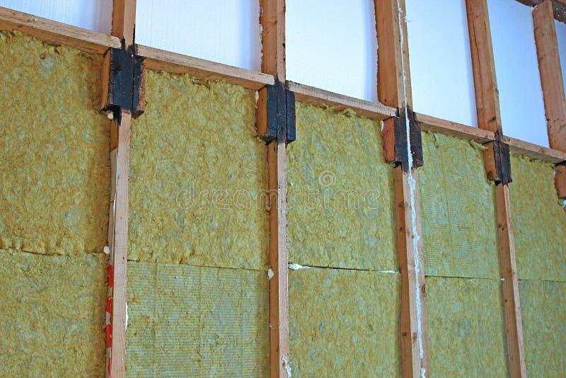 Paredes de uma casa de quadro com tipos diferentes de isolação térmica imagens de stock