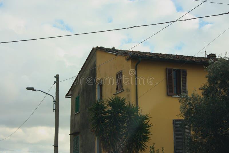Paredes de uma fachada de uma casa habitada da família imagens de stock
