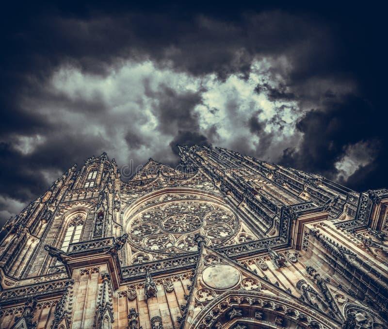 Paredes de un castillo o de un templo viejo contra la perspectiva de un cielo nublado nocturno imagen de archivo