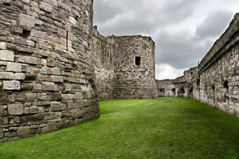 Paredes del castillo de Beaumaris foto de archivo