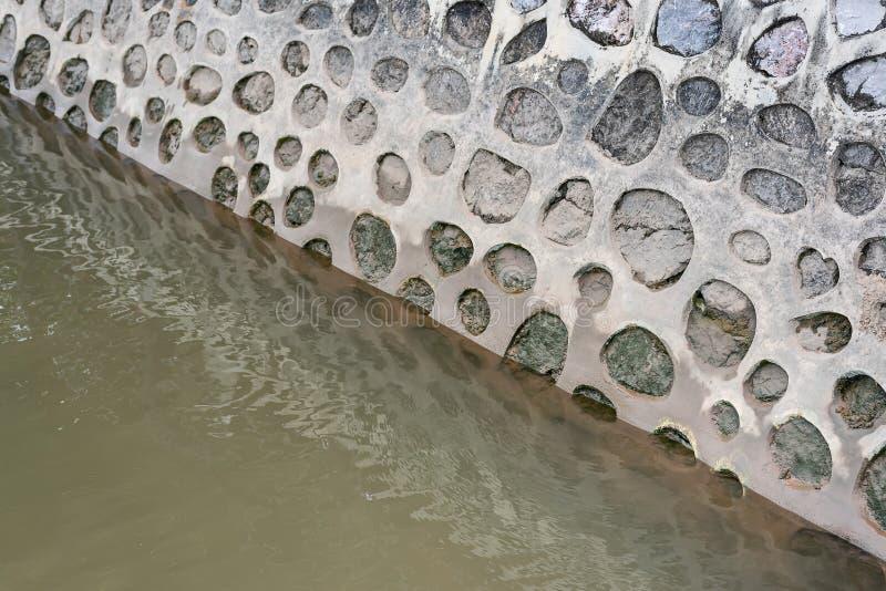Paredes del cemento a lo largo del canal foto de archivo