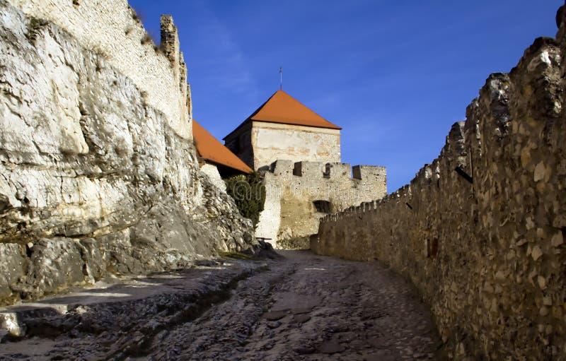 Paredes e battlements velhos do castelo fotos de stock royalty free