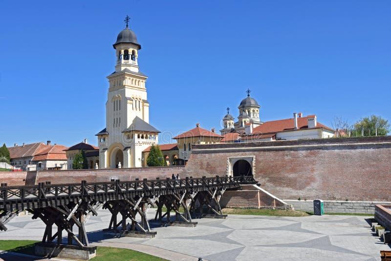 Paredes e catedral do Romanian fotografia de stock
