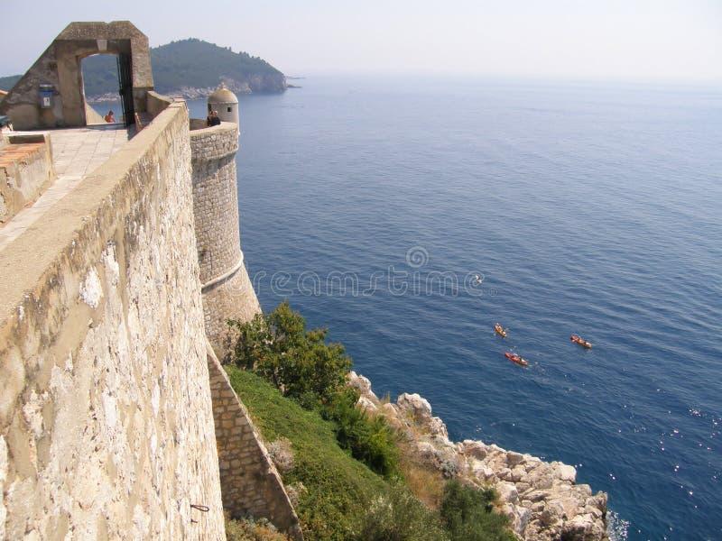 Paredes e mar da cidade de Dubrovnik foto de stock