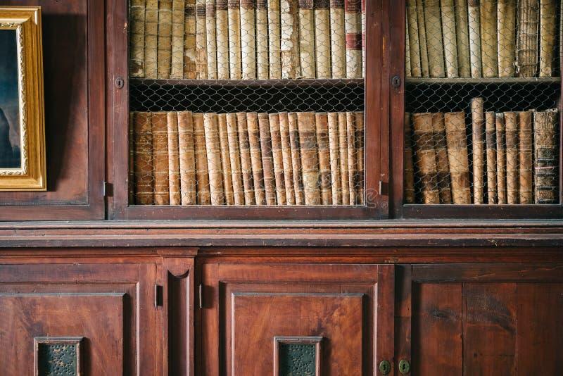Paredes e prateleiras almofadadas de madeira em uma biblioteca histórica Tiro do detalhe imagem de stock royalty free