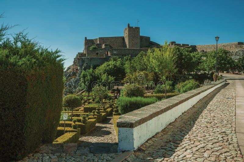 Paredes e torre de pedra do castelo da cidade sobre o monte fotos de stock