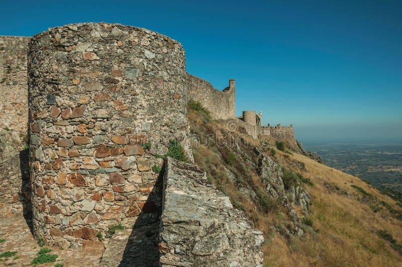 Paredes externas y torres sobre la colina rocosa en el castillo de Marvao fotos de archivo libres de regalías
