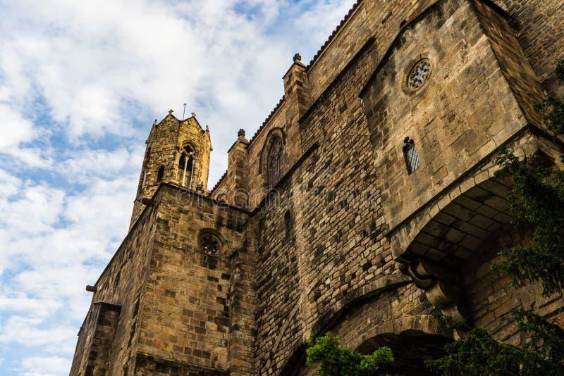 Paredes góticas del castillo en Barcelona, España foto de archivo