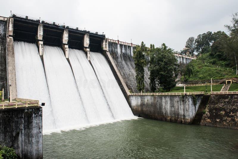 Paredes gigantes da represa de Neyyar fotos de stock