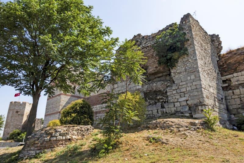Paredes históricas de byzantine topkapi em edirnekapi entre árvores e natureza verde foto de stock royalty free