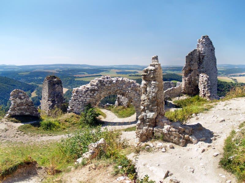 Paredes interiores arruinadas del castillo de Cachtice fotografía de archivo libre de regalías