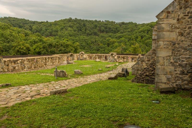 Paredes interiores da fortaleza de Neamt imagens de stock