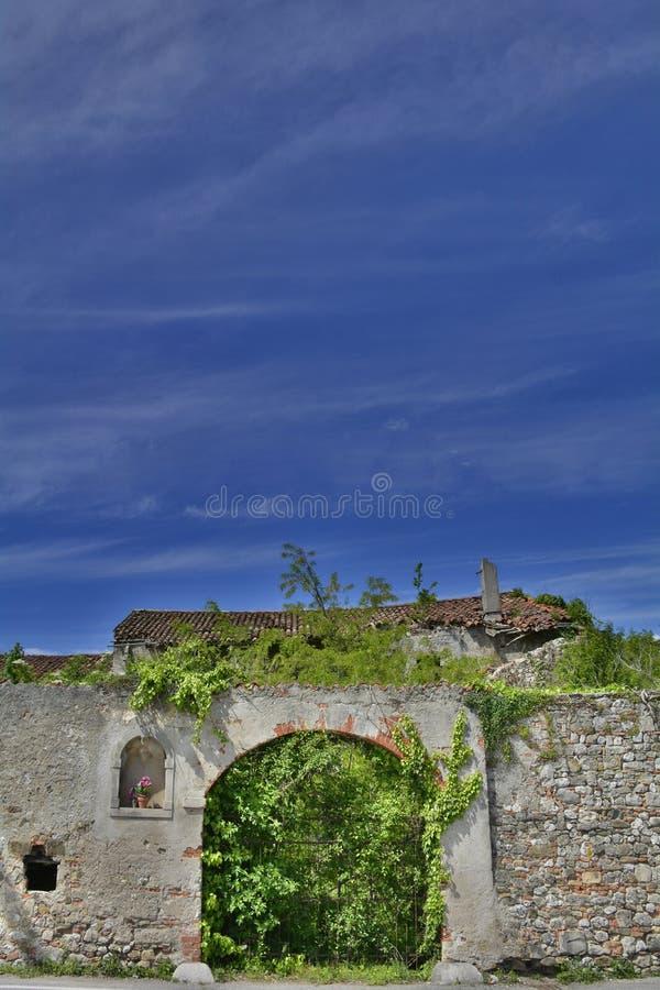 Paredes italianas abandonadas del cortijo imagen de archivo