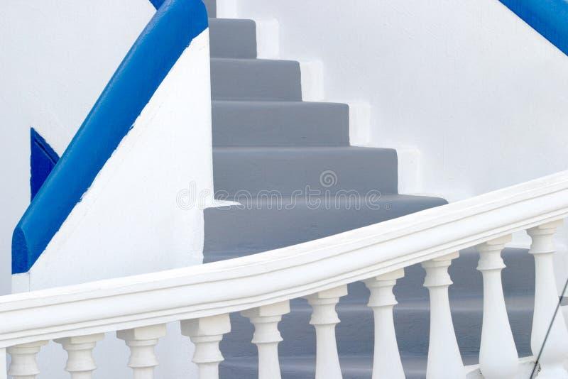 Paredes lavadas brancas e etapas cinzentas, típicas de muitas HOME em Santorini imagens de stock