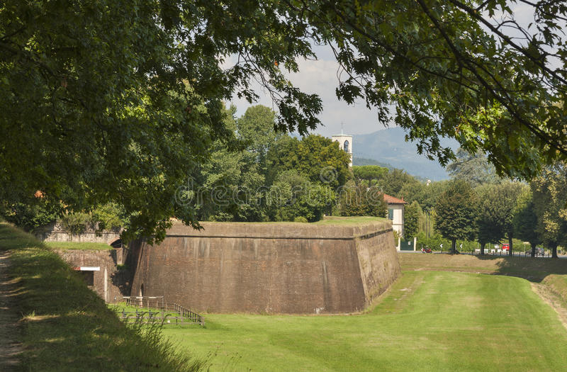 Paredes medievais da cidade de Lucca, Itália imagem de stock royalty free