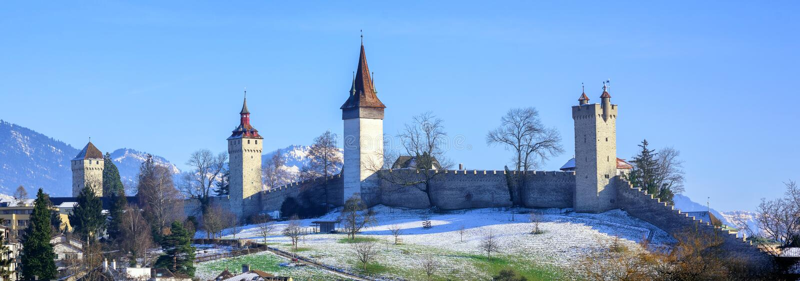 Paredes medievales de la ciudad con las torres en Alfalfa, Suiza imagen de archivo